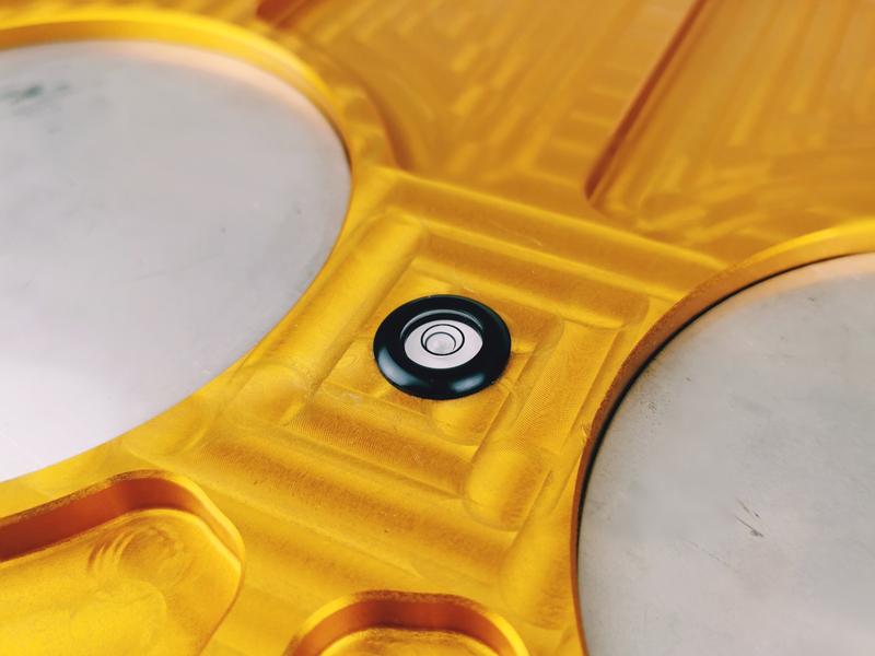 Motorsport-Achsvermessung: Aufstelltrays mit Nivillierwaage
